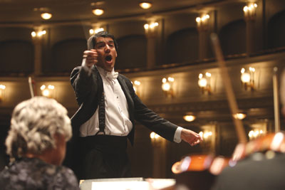 Music director Miguel Harth-Bedoya leads the Fort Worth Symphony Orchestra. Photo by Richard Rodriguez.