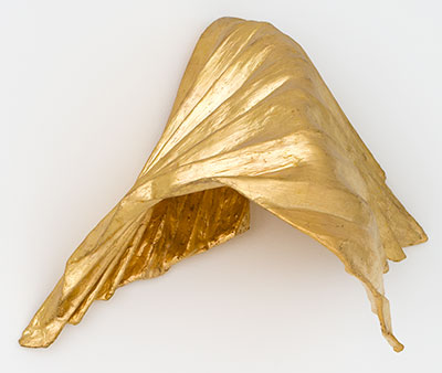 Lynda Benglis, Kutumb, 1982, gold leaf sculpture, bronze wire, plaster, gesso, oil based sizing. Linda Pace Foundation.