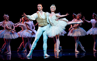 Carolyn Judson and Lucas Priolo of Texas Ballet Theater in Swan Lake. Photo by Ellen Appel.
