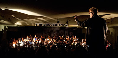 Todd Reynolds conducting Suzanne Bocanegra's Rerememberer at Countercurrent. Photo by George Hixson.
