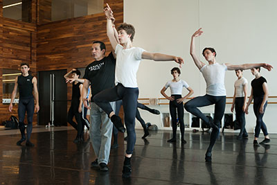 Claudio Muñoz, Ballet Master for Houston Ballet II, works with Summer Intensive students on improving their technique.  Photo: Cameron Durham.