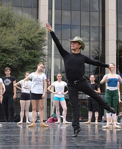 Willy Shives teaching class for Ballet in the Park Photo by Danielle Espinoza, Center City Development and Operation Department.