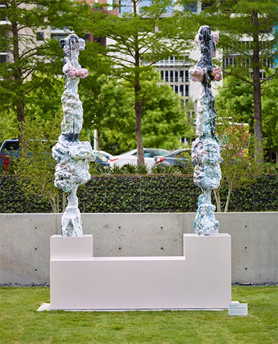 Rebecca Warren, Pas de Deux (Plaza Monument), 2016, hand-painted bronze on artist's plinth, courtesy of Matthew Marks Gallery, © Rebecca Warren