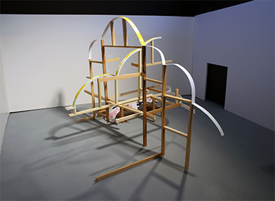 1:1 scale model for the site-specific installation at Blue Star Contemporary. Kirsten Reynolds, Splitsplice, 2016, wood, bent laminated plywood, industrial foam board, and paint, dimensions variable. Courtesy Blue Star Contemporary.